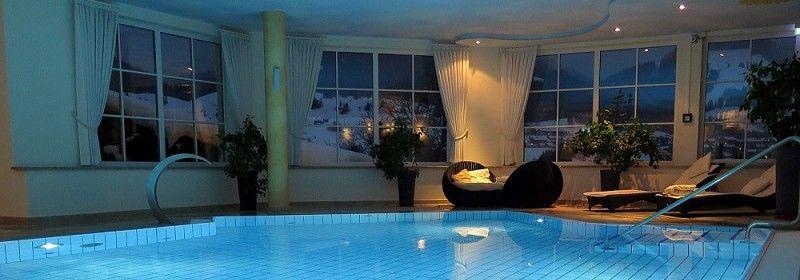 Ein-Pool-mit-Überdachung